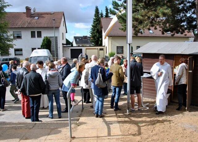 Auf dem Kirchplatz wurde nach dem Gottesdienst weitergefeiert.