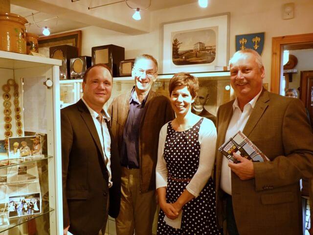 Zur Ausstellungseröffnung kamen natürlich auch Pfarrer Frank Schindling (links) und Erstansprechpartnerin Bettina Tönnesen-Hoffmann.