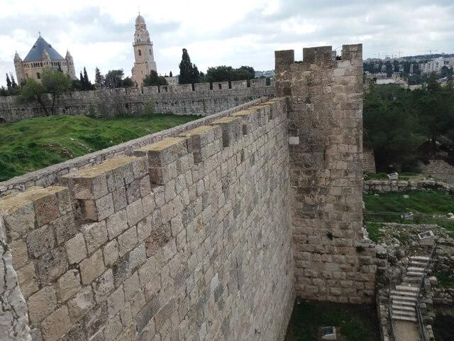 Dormitioabtei und Stadtmauer