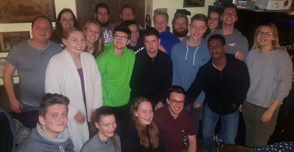 Das große Team der Jugendvertreter mit Jugendsprecher Sem Yilma (vorne, Zweiter von rechts) und Pfarrer Frank Schindling ( links).